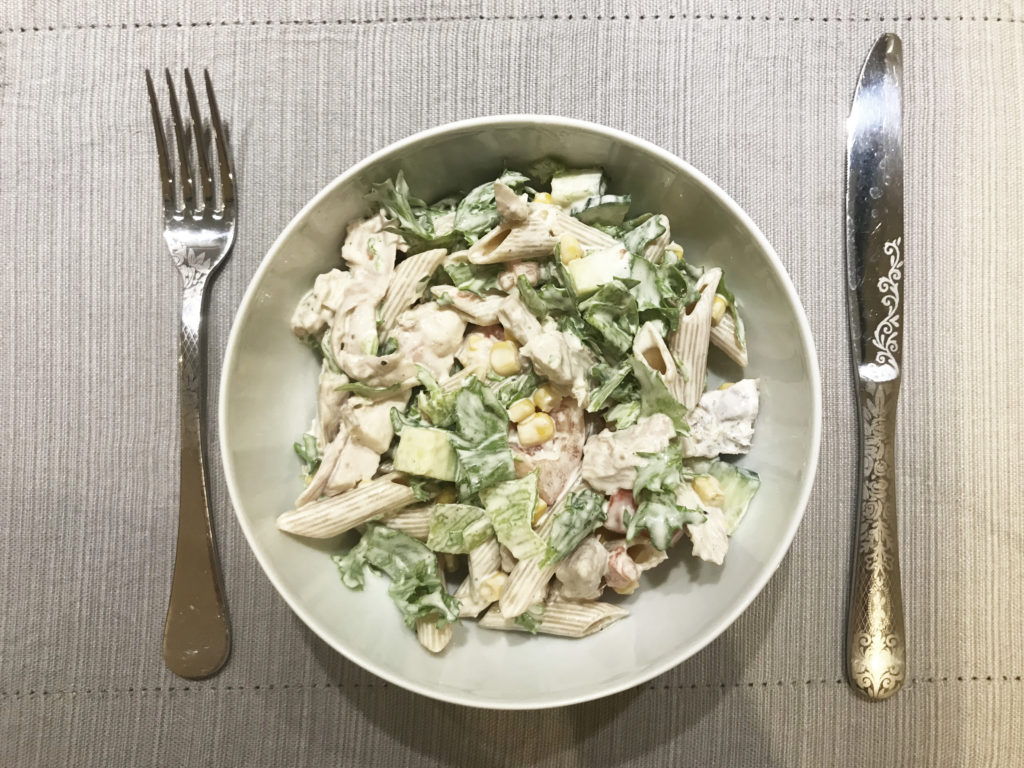 Pasta og kyllingsalat laget av rester funnet i skuffer og skap...